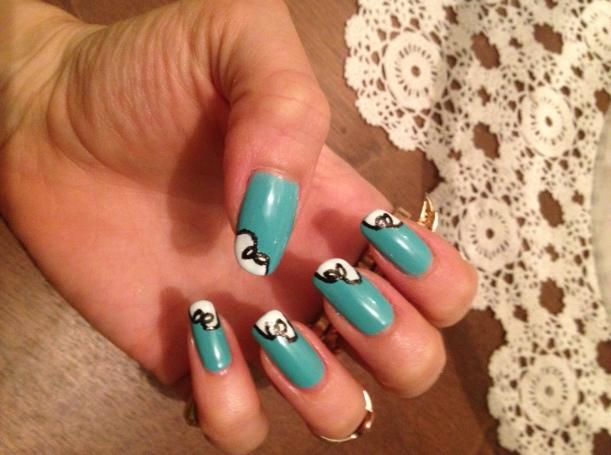 Pretty little bow manicure